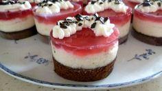 Na korpus si vyšleháme celá vejce s cukrem, přidáme olej a mouku míchanou s kakaem - pokud nechceme kakaové těsto, ale jen bílé, můžeme těch 20 g... Cheesecake Brownies, Mini Cheesecakes, Mini Cakes, Tupperware, Cake Pops, Ham, Dessert Recipes, Food And Drink, Cupcakes