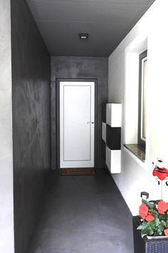 Béton Brut Fußboden und Wand in einem Look. Farbe 19 Asfalt. Realisierung www.shema.at #betonbrut #betonlook #betonboden #betonwand