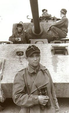 Panther tank and its crew. This is an Ausf A vehicle, by the drivers vision port and assist driver/radio operators MG ball mount.