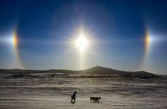 Parhelio, cuando el Sol está acompañado de dos soles Cuando la luz del Sol se refracta en las partículas de hielo de los cirros se produce ...