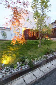 白いハコとリビングから広がるウッドデッキのおうち   D'S STYLE(ディーズスタイル) S Style, Sidewalk, Scene, Japanese, Garden, Garten, Japanese Language, Side Walkway, Lawn And Garden