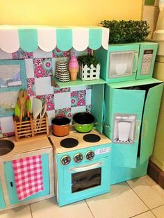 This mom's DIY cardboard play kitchen is absolutely amazing Play Kitchens, Diy Play Kitchen, Toy Kitchen, Cardboard Kitchen, Cardboard Play, Cardboard Crafts, Diy For Kids, Crafts For Kids, Diy Karton