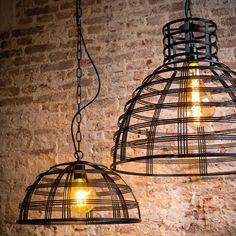 De ETH Molfetta hanglamp zorgt voor een stoere look in jouw huis. Dit komt door de metalen draden en de ketting waarmee je de lamp ophangt. Hang er bijvoorbeeld twee naast elkaar boven een mooie steigerhouten eettafel. Stoer!