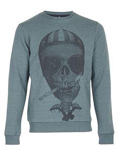 Stichworte wie lässig und cool beschreiben dieses Sweatshirt mit Totenkopf-Print am besten. Die skandinavische Marke Blend hat ein perfektes Oberteil für den modebewussten City-Typen entworfen, das tagsüber beim Shoppen in den Blick fällt und abends in der Bar. Der bequeme Slim-Fit Pullover mit Rundhalsausschnitt ist locker und angenehm zu tragen, besonders zu Jeans und Sneakers. Bündchen an Sa...