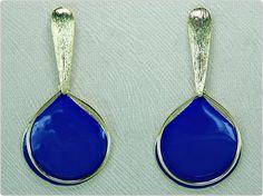 Confeccionado:    Peças metalizadas texturizadas douradas,  peças douradas esmaltadas de azul royal. R$ 24,90