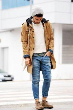 Beige Parka, Weißer Pullover mit Rundhalsausschnitt, Dunkelgrünes T-Shirt mit Rundhalsausschnitt, Blaue Jeans für Herrenmode