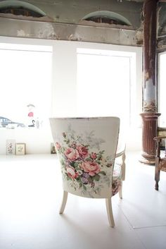 giant flowers decor I óriásvirágos dekor Painted Furniture, Home Furniture, Floral Chair, Floral Fabric, Ivy House, Take A Seat, Upholstered Chairs, Wingback Chairs, Chair Upholstery