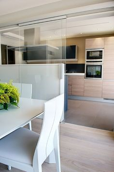 Salón, comedor y cocina en el mismo espacio. Cocina integrada en el salón. #cocinaintegrada #salón #cocina Small Apartment Interior, Kitchen Interior, Kitchen Decor, Kitchen Design, Diy Kitchen, Kitchen Ideas, Oh My Home, Love Home, Built In Ovens