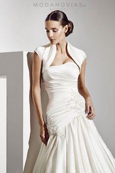 Chaqueta de novia CH05 de satín en color marfil combinable con los vestidos de novia.. #modanovias #novias #vestidosdenovia #boda #complementos Más fotos en: http://www.modanovias.es/complementos/chaquetas/chaqueta-de-novia-ch05.html