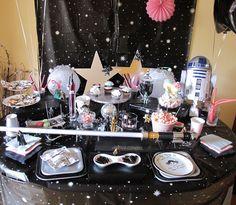 Fiesta Star Wars  Party o La Guerra de las Galaxias Candy Table http://cheapandcooleventos.blogspot.com.es/2012/06/fiesta-star-wars-o-la-guerra-de-las.html