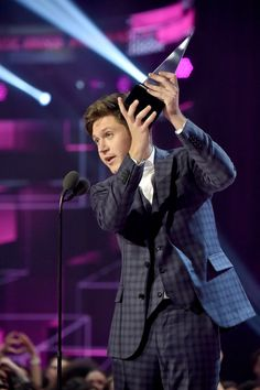 November 19: Niall at the AMAs