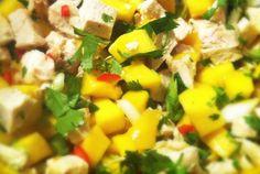 Deze salade met kip, mango, rode peper en koriander is heerlijk fris. De smakencombinatie is echt hemels! Het pittige van de peper past perfect bij het frisse van de mango en het kruidige van de koriander. Heerlijk als lunch, maar ook perfect als voorgerecht of lichte maaltijdsalade. Geniet ervan. Tip: kook de kipfilet maximaal een uur van tevoren gaar.