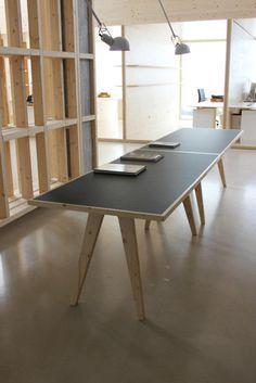 Mesa de reunión diseñada por nuestro estudio para la editora Diseño Anónimo