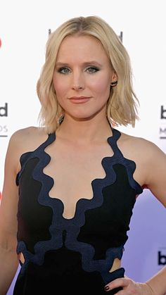 Kristin Bell with a beach blonde lob with loose beach waves.