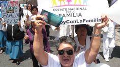 Convocadas por el Frente Nacional por la Familia, miles de personas se manifiestan en distintos puntos de México contra el matrimonio igualitario y la adopción por parte de parejas LGTB. Políticos y activistas advierten del peligro de este tipo de manifestaciones que alimentan el odio y la homofobia.