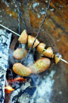 Een flink hete barbecue, fijn gezelschap en lekker eten. Een goed recept voor een heerlijke zomeravond. Vandaag bereiden we voor u aardappeltjes van de barbecue met rozemarijn. De aardappeltjes worden door het vuur lekker krokant gebakken. Barbecue aardappeltjes Bijgerecht voor 4-6 personen -1 kilo vastkokende kleine aardappels, in de schil (bijvoorbeeld Primeurs) -houten satéprikkers, in...