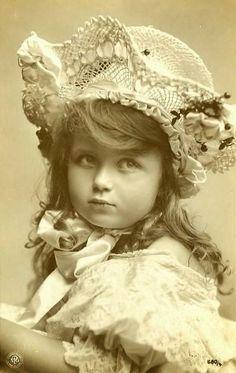 vintage photo of a gorgeous child ~ Vintage Abbildungen, Images Vintage, Vintage Crafts, Vintage Artwork, Vintage Girls, Vintage Pictures, Antique Photos, Vintage Photographs, Old Photos