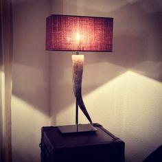 Als #Wohnhirsch hat man auch Vorteile 😂 man kann zum Beispiel als erster die neue Lampe Buffalo (aus afrikanischem Büffelhorn) zuhause aufstellen.. und meiner Meinung nach passt sie perfekt 👌 #lampe #zuhause #urbanalpineliving #gemütlich