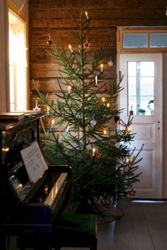 Old fashioned Christmas tree Merry Little Christmas, Primitive Christmas, Country Christmas, Simple Christmas, Christmas Home, Swedish Christmas, Primitive Snowmen, Primitive Crafts, Christmas Music