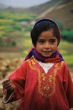 Moroccan Little Girl, cute kid, nice colors, good depth of field.