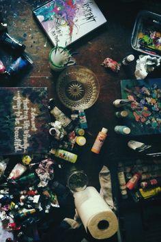 Papier essuie-tout et bouteilles de peinture grande surface /.../