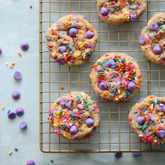 These small batch rainbow confetti cookies only take 5 minutes and 1 bowl to prep! Makes perfect cookies. Baking Recipes For Kids, Baking With Kids, Easter Cookies, Birthday Cookies, Quick Chocolate Chip Cookies, Unicorn Cookies, Unicorn Donut, Confetti Cookies, Cooking Stores