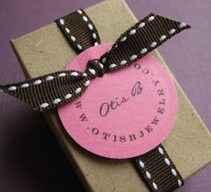 round label & the way to tie the ribbon