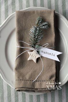 Marque place Noël nature. Cordelette lin, étiquette papier, étoile et brin de sapin ou de houx