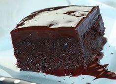 Μια υπέροχη, αφράτη και γευστικότατη σοκολατόπιτα, καλυμμένη με γλάσο σοκολάτας. Μια εύκολη συνταγή για να απολαύσουν μια τέλεια σοκολατόπιτα ... τα μεγάλα Greek Sweets, Greek Desserts, Sweet Recipes, Cake Recipes, Greek Cake, Greek Pastries, Chocolate Sweets, Sweet Cakes, Sweet Bread