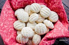 Biscoito de Polvilho ( tipo Sequilhos) Receita       200g de polvilho doce       80g de açucar       60g de manteiga em temperatura ambiente ou 3 colheres (sopa) bem cheias       1 ovo       1 colher de (café) de fermento em pó        Modo de Fazer       Em uma tigela, misture bem todos os ingredientes até formar uma massa uniforme.       Faça bolinhas da massa e coloque-as em uma assadeira untada com manteiga, dê uma       achatadinha nas bolinhas usando um garfo.       Leve para assar em…
