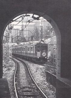 Rama de la serie 300 construida por CAF entre 1976 y 1982 llegando a la estación de CAMPAMENTO en la linea 10. Año 1987. Metro Rail, Metro Subway, Foto Madrid, U Bahn, Level 3, Buses, Railroad Tracks, Barcelona, Travel