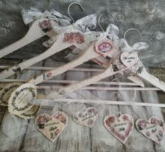 I love these!!! A much more romantic alternative to those bent wire hangers with the names.