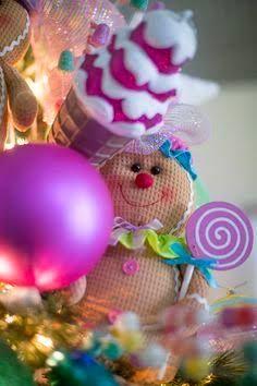 Pie de arbol de navidad rodeade de nochebuenas y perlas - Arboles de navidad decorados ...