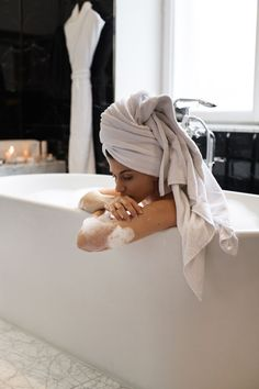 Sharing the ultimate tipps and secrets for a super cosy Home Spa + an extra dose of feel good vibes. All the home spa essentials you need to know: Hygge, Inspiration Photoshoot, Photoshoot Ideas, Summer Vibe, Shotting Photo, Foto Fashion, Foto Art, Home Spa, Foto Pose