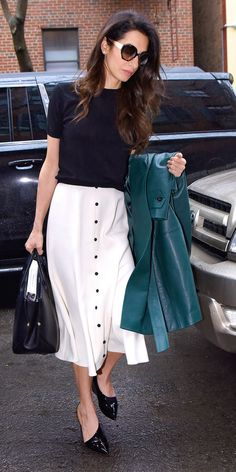 Michael Kors OFF!>> Amal Clooney kept things business chic rocking a black top with a white midi skirt by Emilia Wickstead. Get into that green Michael Kors coat from the Fall 2018 collection those cool pumps and that Dior handbag. Amal Clooney, George Clooney, Donatella Versace, White Midi Skirt, Estilo Real, Business Chic, Anna Wintour, Work Wardrobe, Office Fashion