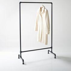 Caractéristiques du portant industriel :1 barre.Penderie métal.Dimensions du portant industriel :Largeur : 92,5 cmHauteur : 151,2 cm Profondeur : 42,5 cm.