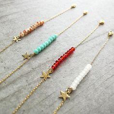 Bracelet en perles de verre facettées enfilées sur une chaîne dorée à l'or fin 24 carats.