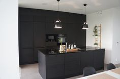 Musta keittiö - black kitchen Puustelli Black Kitchens, Home Kitchens, Kitchen Dining, Kitchen Decor, Atrium House, Interior Decorating, Interior Design, Küchen Design, Decoration
