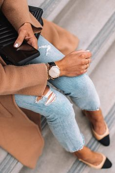 Fashion Jackson Wearing Garmin Vivomove Luxe Smart Watch Tan Coatigan Ripped Jeans Chanel Slingbacks, ripped jeans and h Ripped Jeans Outfit, Jeans Outfit Summer, Shirt Outfit, Jean Outfits, Fashion Outfits, Fashion Women, Pregnacy Fashion, Camel Coat Outfit, Pastel Outfit