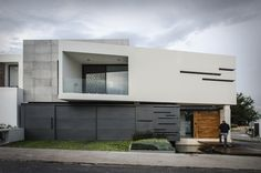 Construído pelo Arkylab na Aguascalientes, Mexico na data 2014. Imagens do Oscar Hernández. Casa María encontra-se num terreno de esquina, com 450 m², ao norte da cidade de Aguascalientes, Onde através da inte...