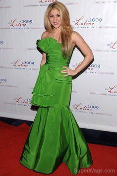 Shakira-Wearing-Green-Gown.jpg (450×678)