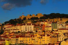 Ed in lontananza...il Castello domina sulla città... http://blog.zingarate.com/mondovagando/lisbona-introduzione/