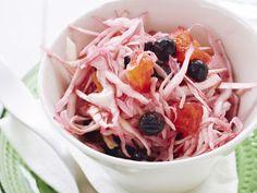 Tuoreesta kaalista ja mustaherukoista syntyy raikas salaatti. http://www.yhteishyva.fi/ruoka-ja-reseptit/reseptit/kaali-mustaherukkasalaatti/014000