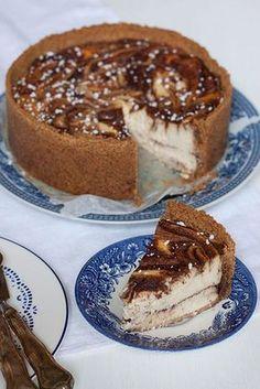 Täydellisen mehevä juustokakku, joka maistuu korvapuustille ja jossa on ihanan kermainen rakenne. Voiko olla totta? Sweet Recipes, Cake Recipes, Dessert Recipes, Frozen Cheesecake, Sweet Pastries, Vegan Desserts, Yummy Cakes, No Bake Cake, Love Food