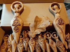 DEESSE MERE WICCA AVEC TRIQUETRA - ArtforWicca Ciel Nocturne, Triquetra, Cinnamon Sticks, Creations, Triple Goddess, Celtic Knot, Full Moon, Symbols, The Sea