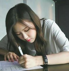 How can you look pretty while just writing, Rosie? Kim Jennie, Yg Entertainment, Forever Young, Blackpink Meme, Rose Icon, Mileena, Rose Park, Kim Jisoo, Idole