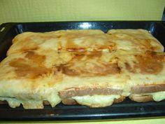 Η πιτσα τοστ Της Ελενης που μας πηρε τα μυαλα!        Yλικα  12 φετες ψωμι του τοστ  μαγιονεζα  διαφορα κιτρινα τυρια σε φετες  γαλοπουλα βραστη 6 φετες    κετσαπ    Εκτελεση      βάζουμε στο ταψί τις μισές φετες του τοστ τις αλείφουμε με μαγιονεζα  προσθετουμε τις φετες απο Cookbook Recipes, Snack Recipes, Cooking Recipes, Greek Cooking, Easy Cooking, Kid Friendly Appetizers, The Kitchen Food Network, Sour Foods, Think Food