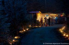 Am ersten Adventwochenende findet in Albaching in der Ruhe des Waldes, bei Kerzenlicht und Hüttenzauber der Waldweihnachtsmarkt statt.