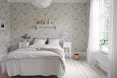 Bedroom with floral wallpaper Home Bedroom, Bedroom Decor, Gravity Home, Scandinavian Interior Design, Guest Bedrooms, Interior Inspiration, Decor Styles, Home Goods, Beige