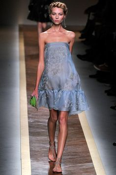 See the complete Valentino Spring 2012 Ready-to-Wear collection.